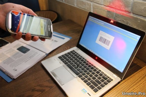 數據終端配備掃描功能,可快速掃描條形碼、二維碼,讀取產品資訊或配對裝置。